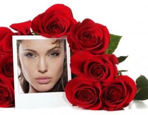 Coloca una foto en un cuadro junto a unas rosas